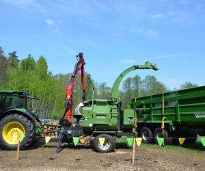 Puikus suderinamumas: John Deere traktorius, Pezzolato medienos smulkintuvas ir Western Fabrication priekaba